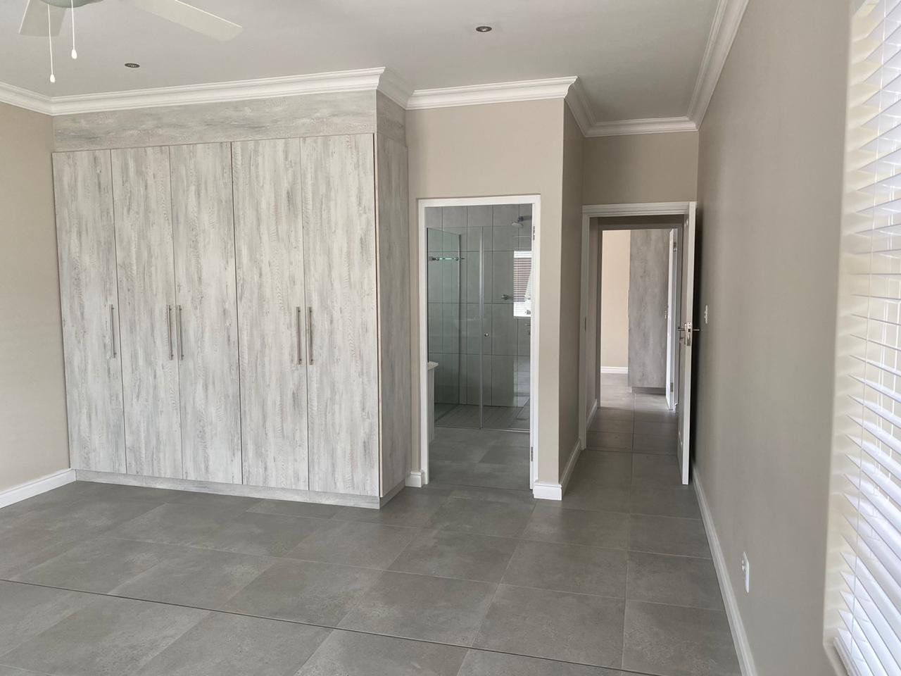 En-suite room - Newly built ranch-style house - Schoeman Trio Builders, Mossel Bay