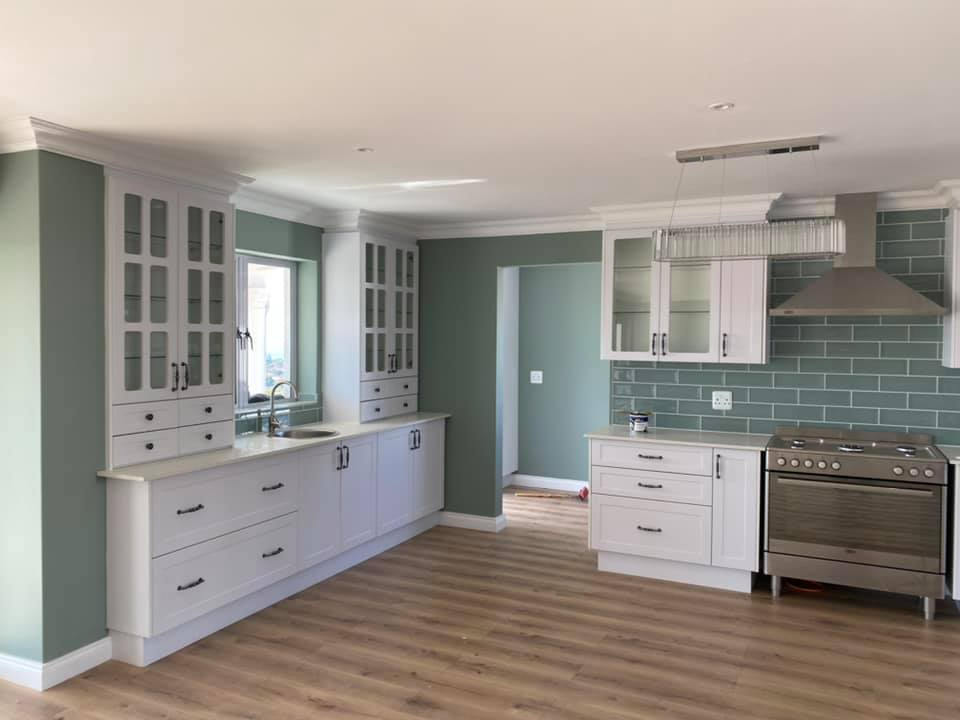 Country kitchen - Newly built semi-neoclassical colonial house - Schoeman Trio Builders, Mossel Bay