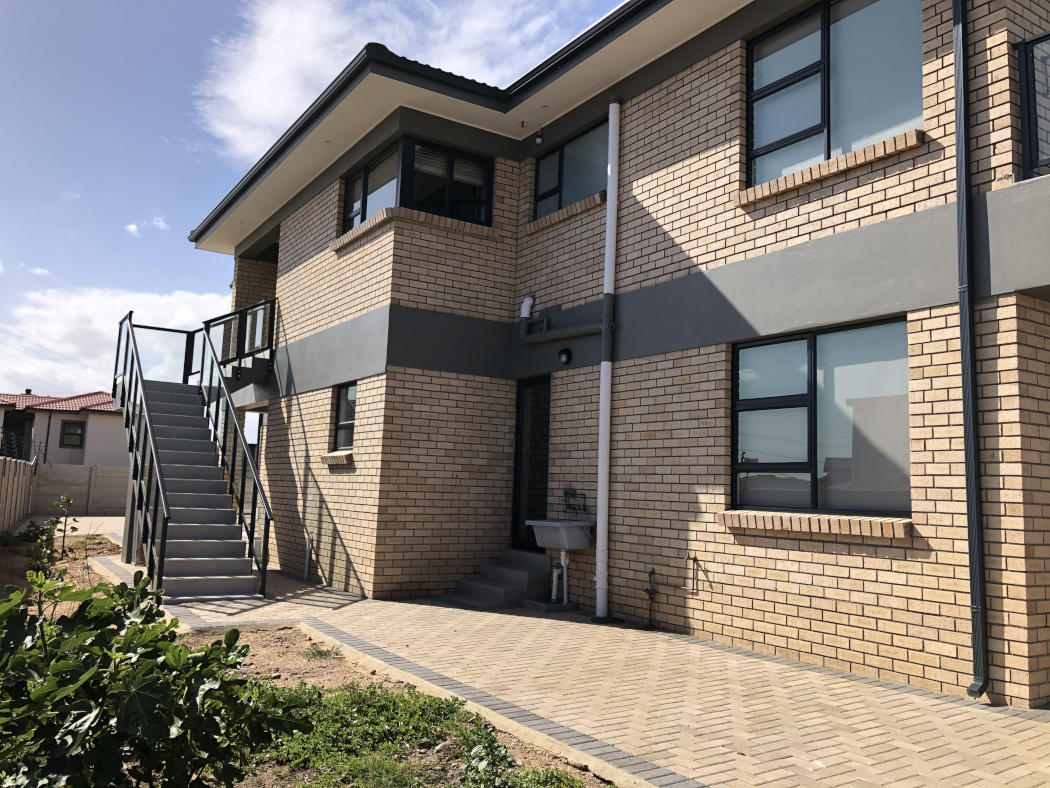 Contemporary built house in the Mossel Bay are by Schoeman Trio Builders.